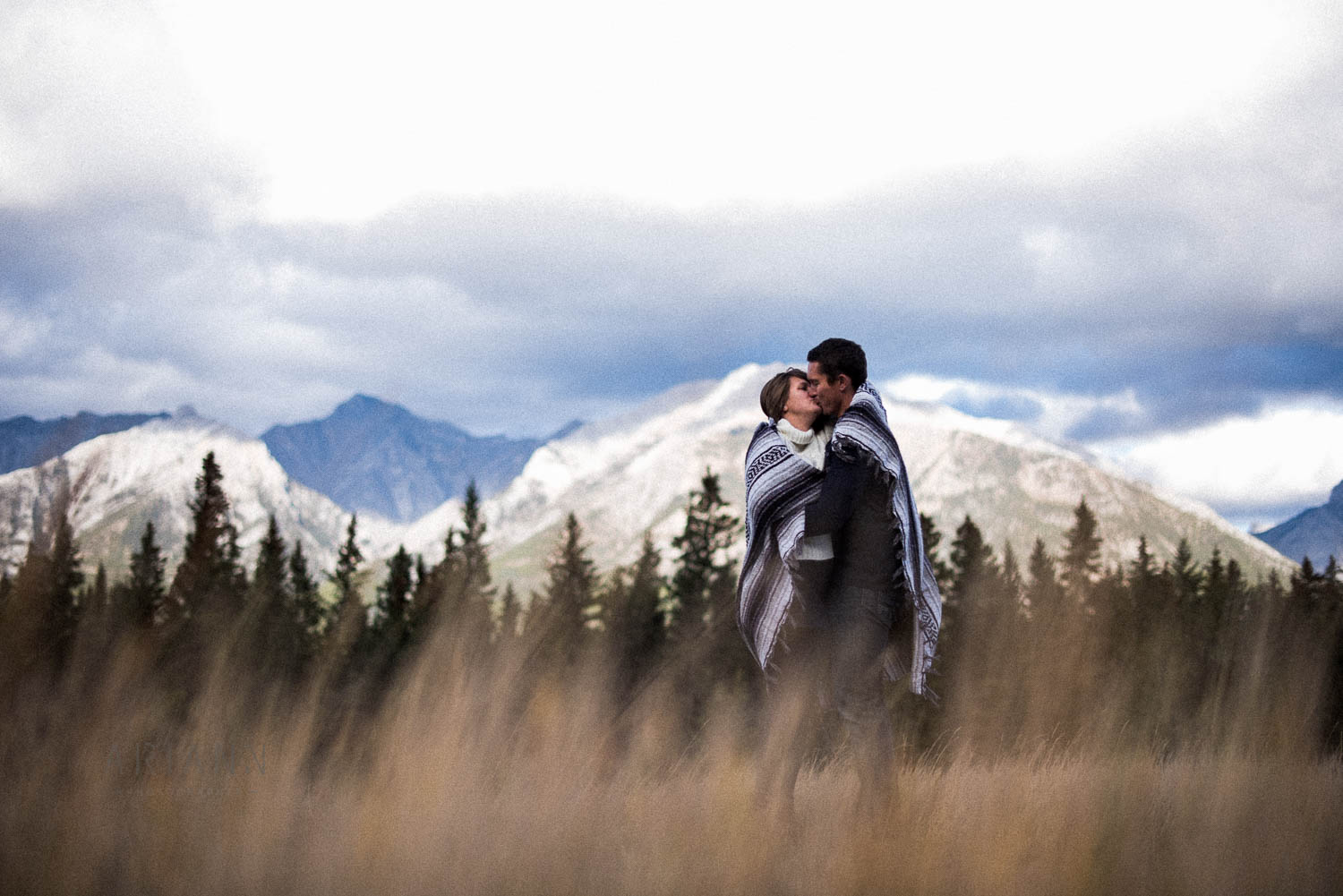 kiss in front of the mountains